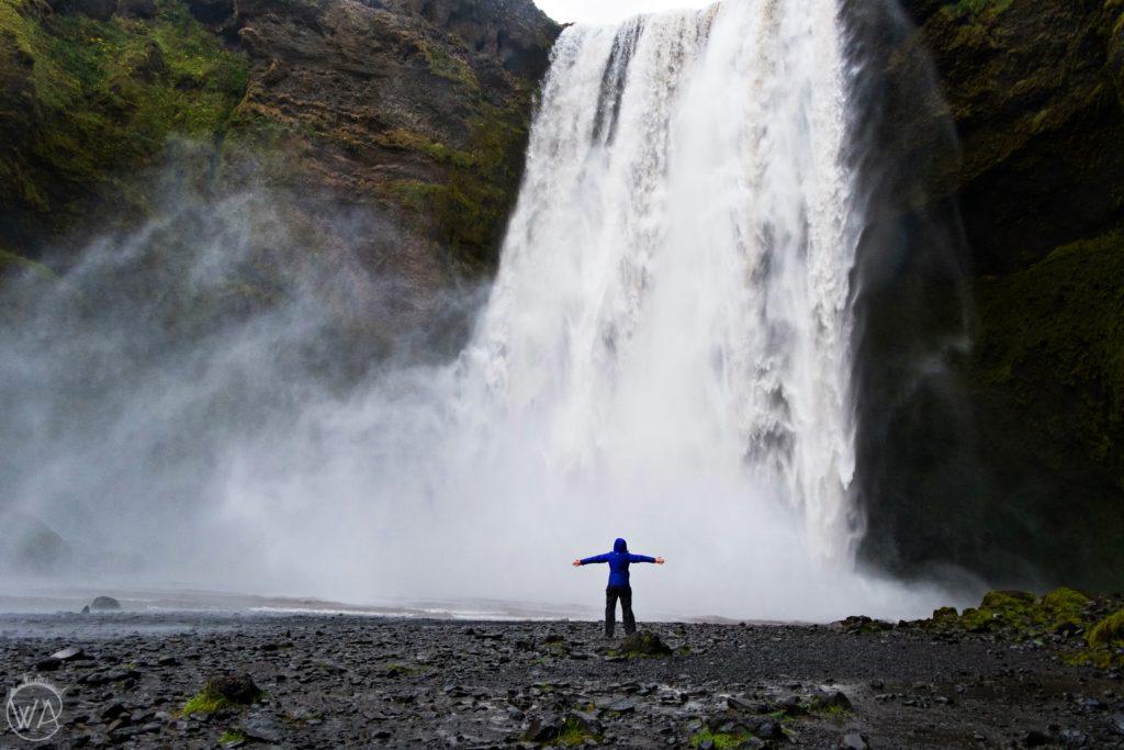 Dziewczyna przed wodospadem Skogafoss Iceland