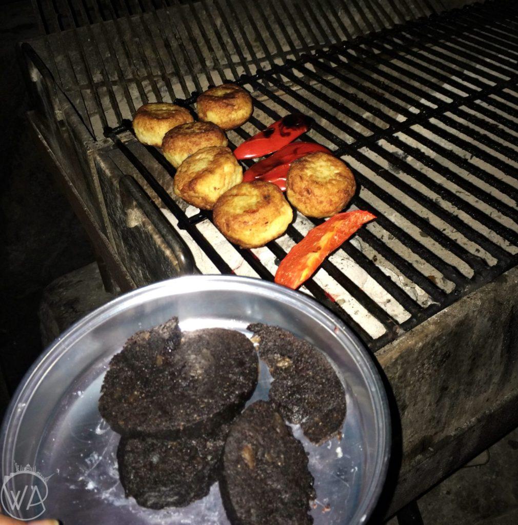 Kuchnia islandzka Islandia jedzenie - fish cakes and Slátur in campsite