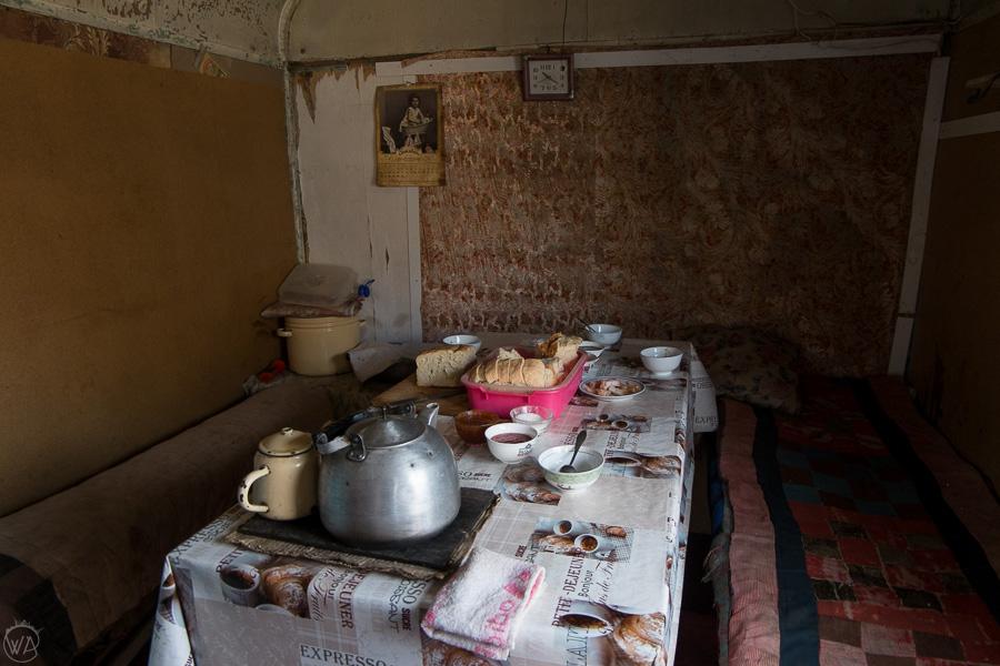 Przerwa na czaj, czyli herbatę serwowaną z dżemem, u innej rodziny kirgiskiej, którą spotkaliśmy po drodze, góry Tienszan, Kirgistan