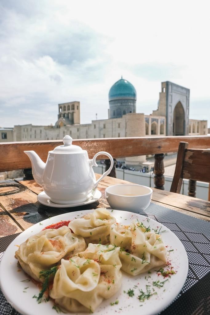 Widok z restauracji w Bucharze i pierogi manty