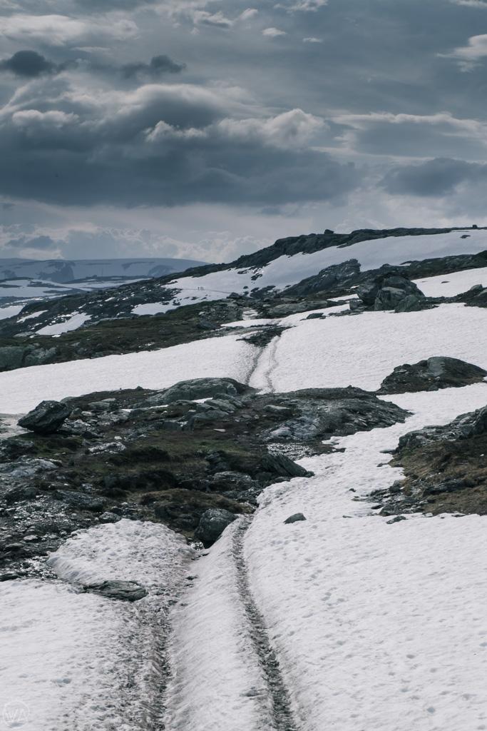Snowy Trolltunga hike