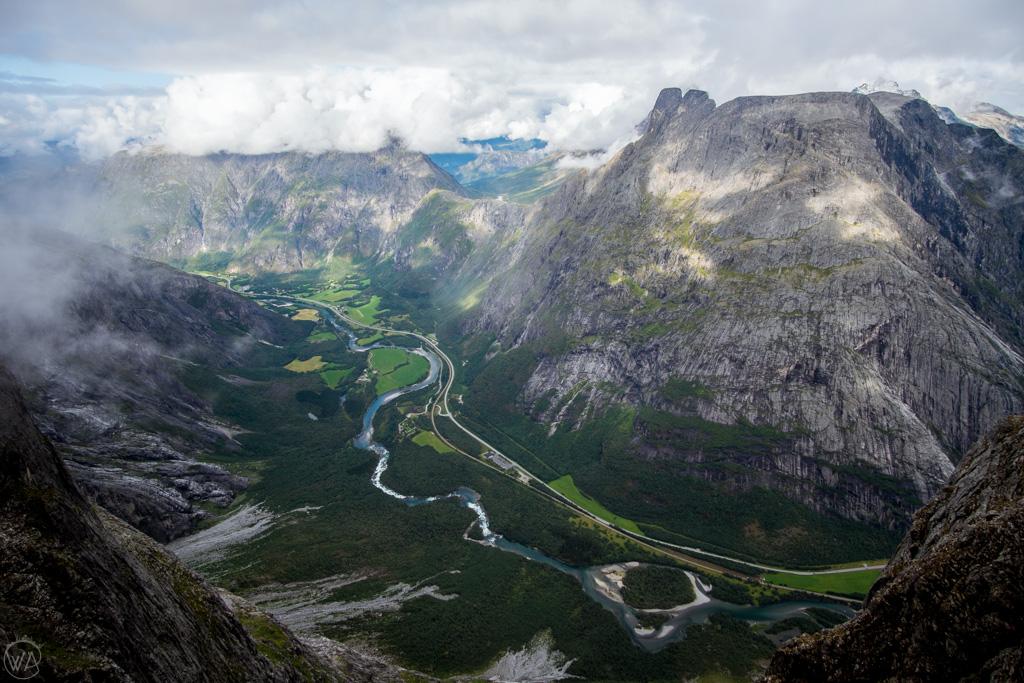 Widok na dolinę Romsdalen ze Ściany Trolli Trollveggen. Norwegia