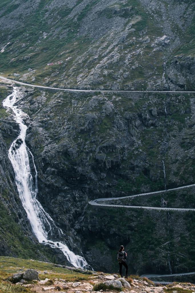 Widok na Drogę Trolli ze szlaku na Ścianę Trolli, Norwegia